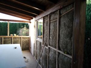habitación de madera y obra